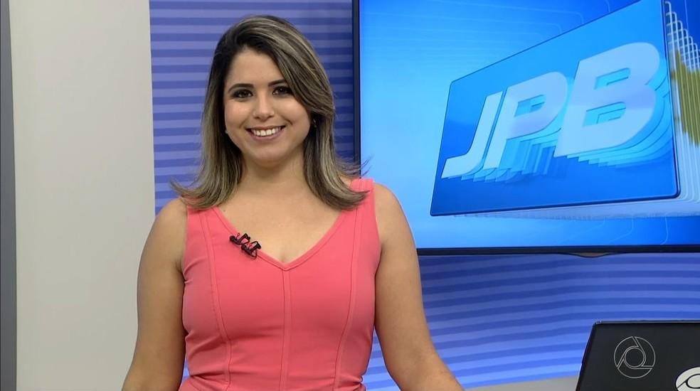 Karine Tenório é a apresentadora substituta do JPB 1ª Edição (Foto: Reprodução/TV Cabo Branco)