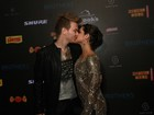 Michel Teló ganha beijo de Thais Fersoza antes de show em São Paulo