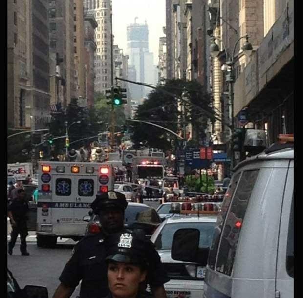 Foto divulgada no Twitter mostra caos na rua após o tiroteio (Foto: Reprodução)