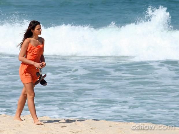 Luiza vê Helena e continua caminhando em sua direção (Foto: Pedro Curi/ TV Globo)