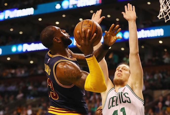 LeBron James encara a marcação de Kelly Olynyk (Foto: AFP)