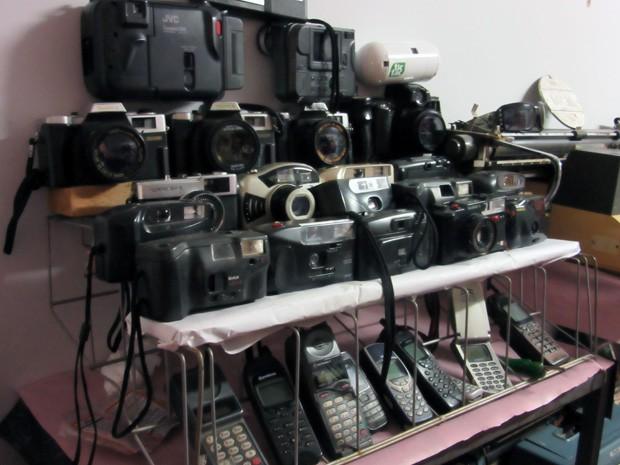 Câmeras fotográficas e celulares antigos fazem parte do acervo do Museu da Limpeza Urbana (Foto: Luciana Amaral/G1)