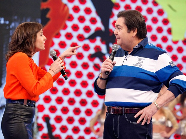 Faustão surpreende a atriz ao anunciar quadro (Foto: Raphael Dias/TV Globo)
