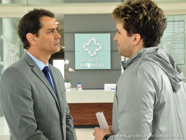 Eron fica encucado, mas depois acha boa a ideia (Foto: Amor à Vida/TV Globo)