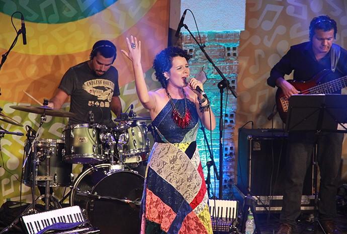 Karine Aguiar emociona com jungle jazz (Foto: Katiúscia Monteiro/ Rede Amazônica)