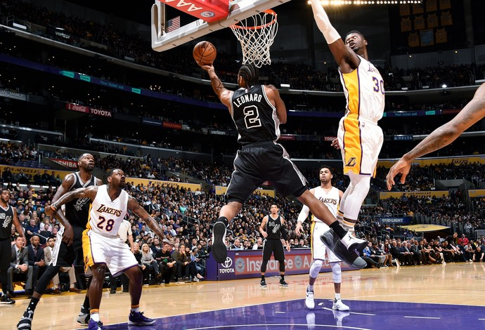 Kawhi Leonard fez um ótimo jogo contra os Lakers (Foto: Andrew D. Bernstein/NBAE via Getty Images)