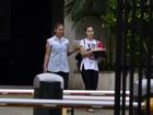 Rayanne Morais retira pertences do apartamento de Douglas Sampaio