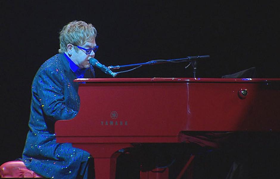 Elton John em apresentação em Pernambuco (Foto: Reprodução / TV Globo)