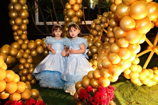 Kiara e Maya filhas de Natália Guimarães e Leandro  (Foto: Manuela Scarpa/Photo Rio News)