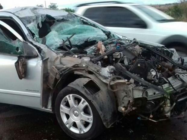 Capô do carro foi arrancado após batida com caminhão (Foto: Anderson Oliveira | Blog do Anderson)