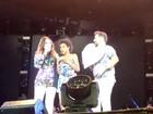 Show do Aviões é marcado por hits, além de fã e filha de cantora no palco