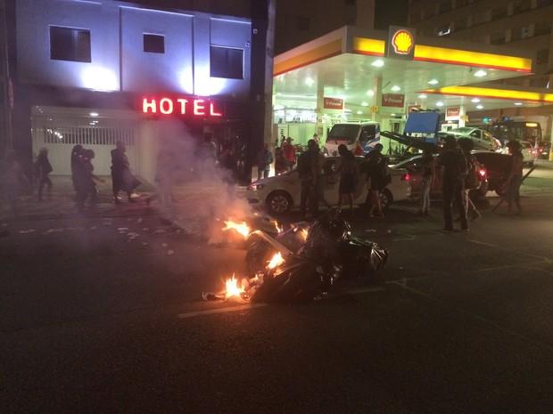 Grupo coloca fogo em lixo na Rua da Consolação após tumulto em ato de estudantes (Foto: Roney Domingos/G1)