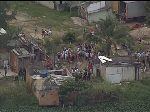 Oficiais foram recebidos com pedradas em desapropriação no Rio (Foto: Reprodução/TV Globo)