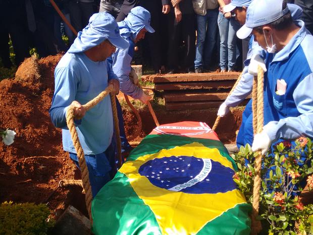 Cristiano Araújo é enterrado no Cemiterio Jardim das Palmeiras Goiânia Goiás (Foto: Sílvio Túlio/G1)