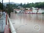 Chuva alaga ruas da região central de Paraibuna, SP