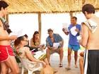 Elenco de Guerra dos Sexos se diverte em dia de gravação na praia