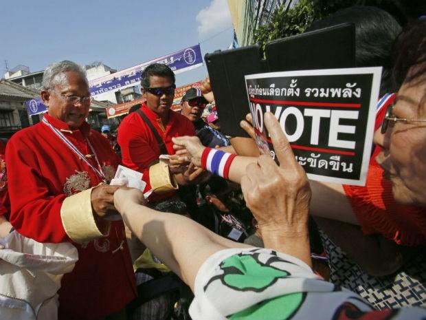 Líder dos protestos anti-governo, Suthep Thaugsuban marcha pelas ruas de Bangcoc neste sábado (1). (Foto: Wally Santana/AP)