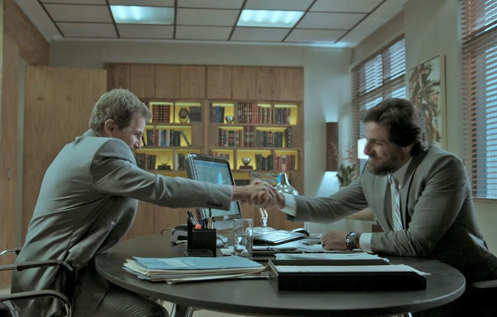 Caio pede que o amigo guarde segredo sobre a indicação (Foto: TV Globo)