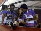 Marina Ruy Barbosa e Xandinho Negrão dão beijão em camarote
