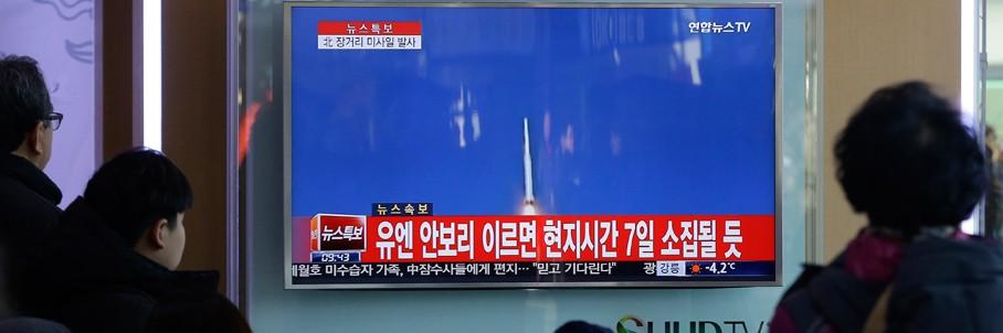 Sul-coreanos assistem à notícia de que a Coreia do Norte lançou um foguete (Foto: Ahn Young-joon/AP)