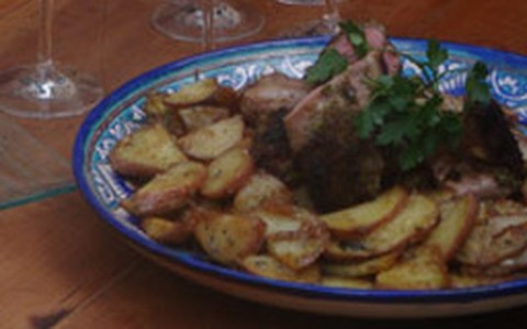 Cordeiro em crosta de ervas e tartar de abacate