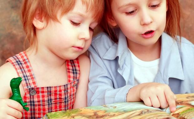 Irmãos lendo livro juntos (Foto: Shutterstock)