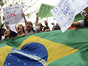 Grupo usou cartazes e a bandeira do Brasil durante o protesto em São José dos Campos (Foto: Carlos Santos/G1)