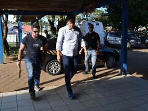 Junior Donadon chega em delegacia para exame de corpo de delito (Foto: Eliete Marques/ G1)