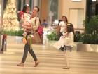 Tania Khalill faz compras com as filhas em shopping no Rio