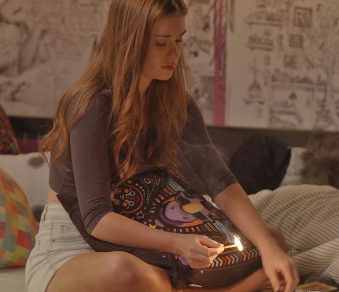 Eliza queima o cartaz de 'Luzes da Cidade' (Foto: TV Globo)