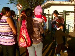 Pais esperam com as crianças por meia hora os portões das creches abrirem (Foto: Paulo Chiari/EPTV)