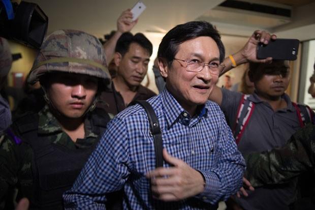 O ministro da educação da Tailândia, Chaturon Chaisang, é detido por militares durante uma coletiva de imprensa em Bangcoc. Ele havia se recusado a se entregar ao novo governo após intimação da junta militar que aplicou um golpe no país (Foto: Nicolas Asfouri/AFP)