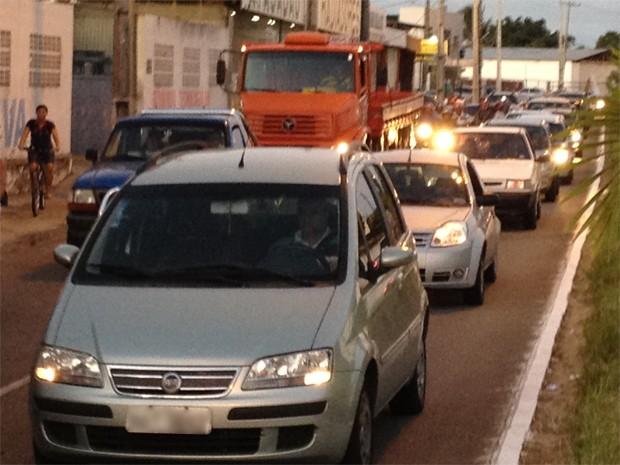 Com o acidente somado ao horário de pico, o trânsito ficou ainda mais lento que o normal na avenida, que é um das principais ligações do Centro da cidade com os bairros da praia (Foto: Walter Paparazzo/G1)