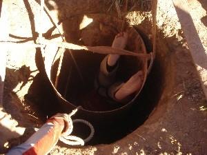 Resgate de rapaz soterrado em fosso durou três horas (Foto: Divulgação/Corpo de Bombeiros)