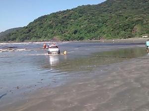 Carro foi levado pela maré para dentro do mar (Foto: Edilson Almeira / Arquivo Pessoal)