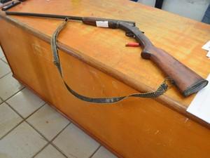 A espingarda usada pelo homem no bar foi apreendida pelos policiais e levada para a delegacia. (Foto: Samira Lima/G1)