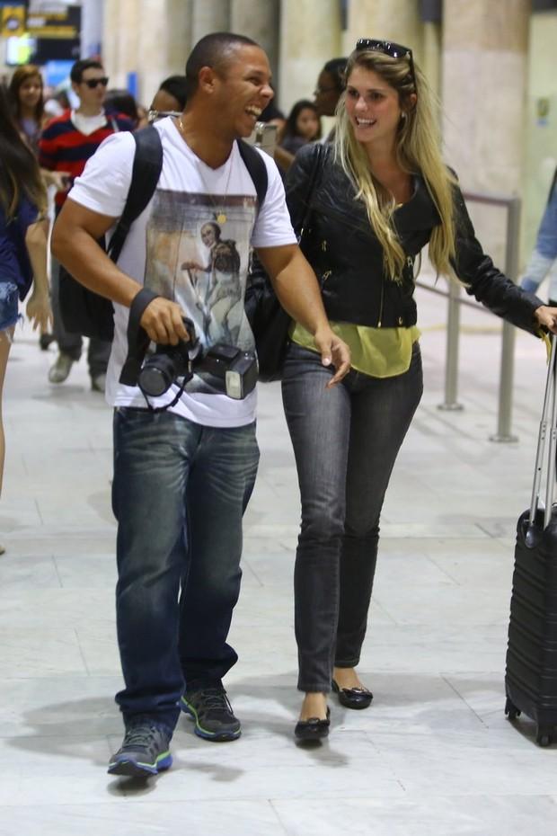 Bárbara Evans no aeroporto (Foto: Marcello Sá Barreto e Rodrigo dos Anjos / AgNews)