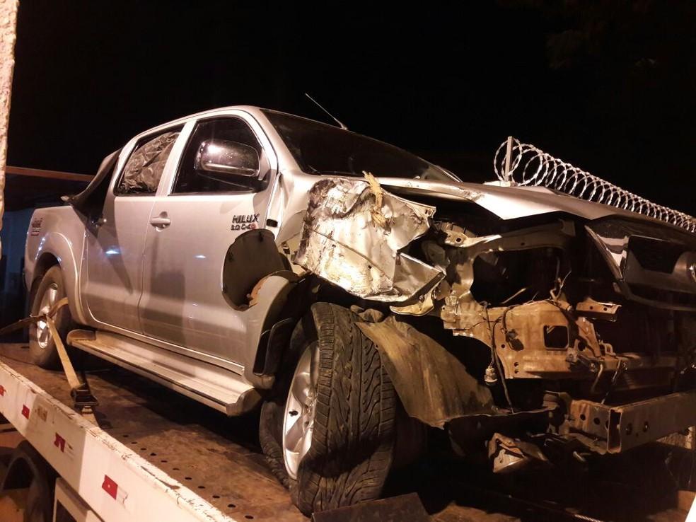 Caminhonete que caiu em ribanceira ficou bastante danificada (Foto: DOF/ Divulgação)