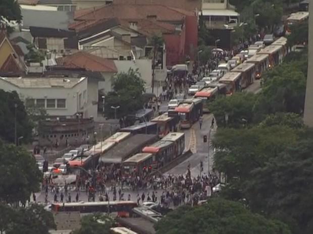 Protesto trava avenidas Rebouças e Eusébio Matoso (Foto: Reprodução/TV Globo)