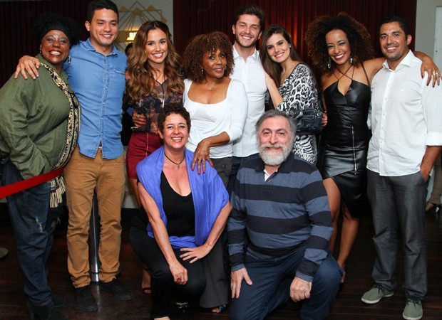 Dhu Moraes posa com convidados de seu show (Foto: Anderson Borde/Agnews)