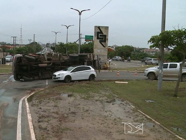 Acidente aconteceu na manhã desta sexta-feira (11) na capital (Foto: Reprodução/TV Mirante)