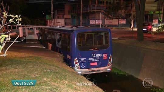 Motorista perde o controle e ônibus cai dentro de córrego em Americana