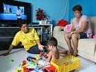 Casal de mães celebra dia com filho adotivo (Ivanete Damasceno/G1)