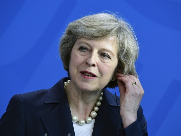 A premiê britânica Theresa May, durante entrevista coletiva nesta quarta-feira (20) em Berlim (Foto: TOBIAS SCHWARZ / AFP)