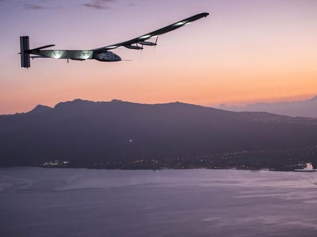 O avião movido a energia do sol Solar Impulse II sobrevoa o Havaí antes de aterrissar na ilha americana, após um complicado voo de cinco dias sobre o Oceano Pacífico. Com a chegada, foram quebrados dois recordes mundiais (Foto: Jean Revillard/SI2/Global Newsroom)