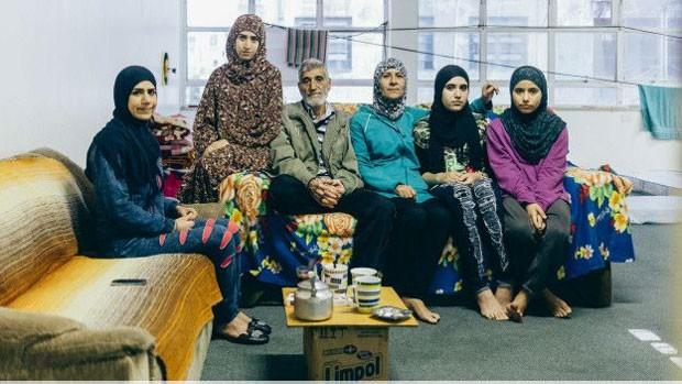 Família síria chegou ao Brasil há 2 semanas; eles ocupam prédio em SP junto a outros sírios, palestinos, egípcios e uma marroquina  (Foto: BBC)