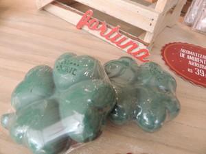 Sabonetes de arruda com formado de trevo de quatro folhas são apostas para o Ano Novo em Mogi (Foto: Jamile Santana/G1)