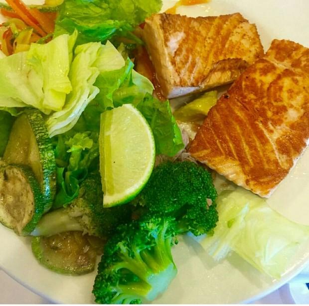 Gracyanne Barbosa e seu pratinho light: salada e salmão grelhado (Foto: Divulgação)