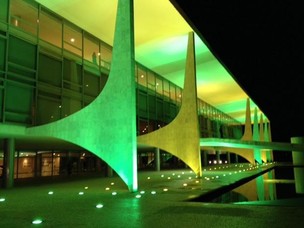 O Palácio do Planalto com iluminação verde e amarela (Foto: Filipe Matoso / G1)