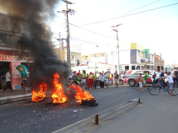 Pneus queimados bloquearam via em Iguatu (Foto: Luan Vieira/Iguatu.net)